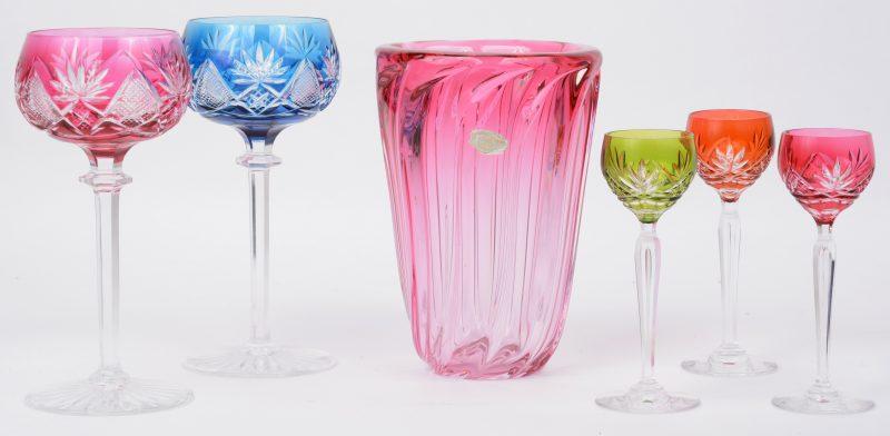 Een lot kristal, bestaande uit een geribde rode vaas van Val St. Lambert en twee grote en drie kleine gekleurde en geslepen glazen op voet.