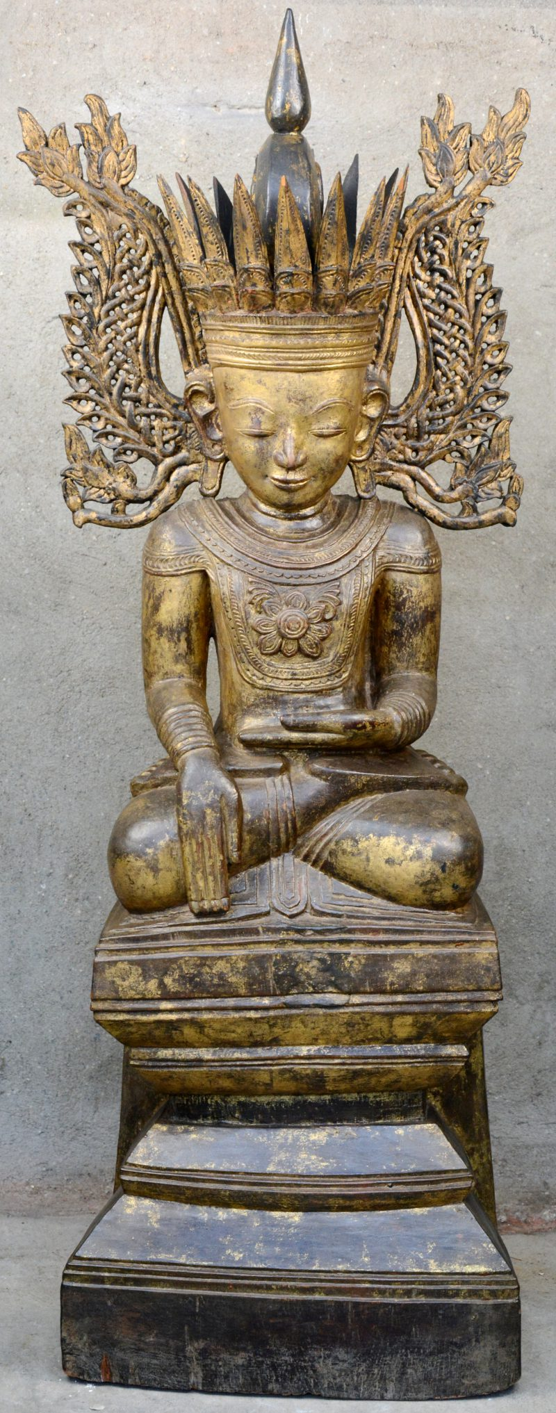 Een zittende Birmaanse Boeddha van goudgepatineerd hout.