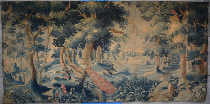 Een gobelin met vogels in een bosrijk decor. XVIIe eeuw. Zonder boorden.