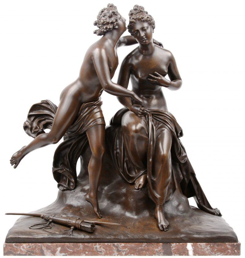 """""""Apollo & Daphne"""". Een groep van bruingepatineerd brons op rood marmeren sokkel."""