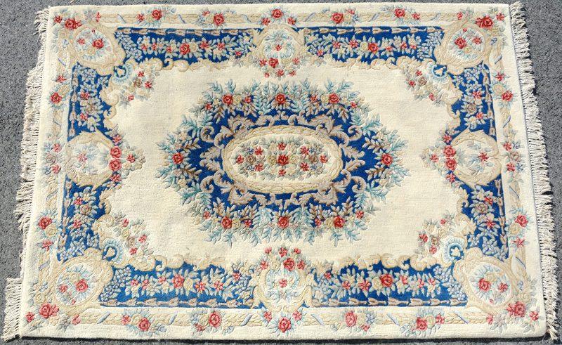 Een handgeknoopt Chinees wollen tapijt met een decor van rozen.