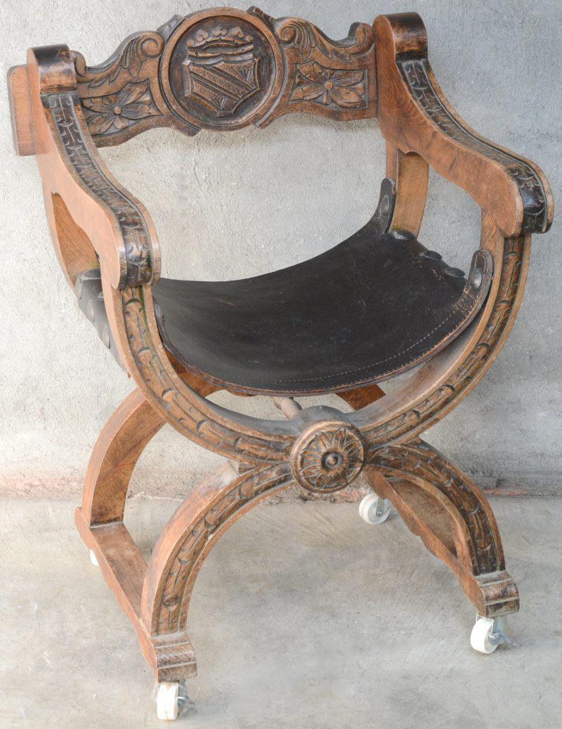 Een dagobertsotle van gebeeldhouwd eikenhout met een schild in de rug en met een lederen zit. Op wieltjes.