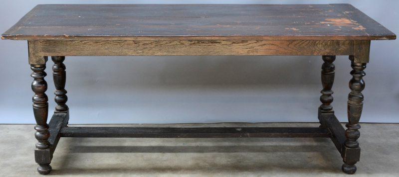 Een eikenhouten tafel met gedraaide poten in H-verbinding. Met afneembaar blad.