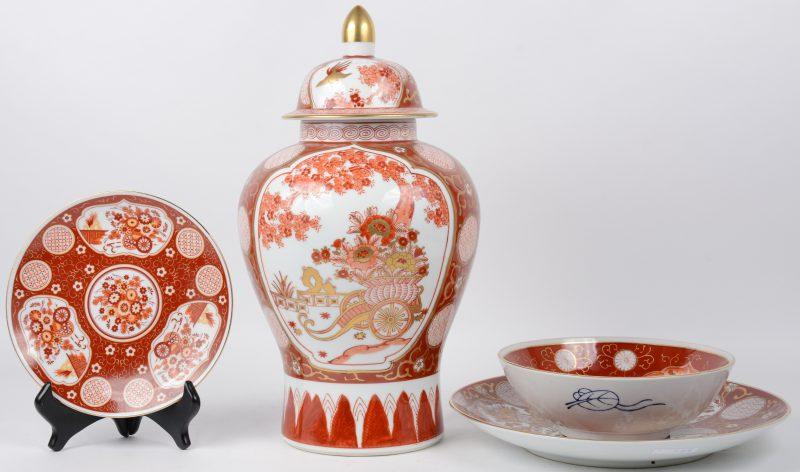 Een lot meerkleurig en verguld Japans porselein, bestaande uit een dekselvaas, een grote schotel, een bord en een kom. Allen Gemerkt.