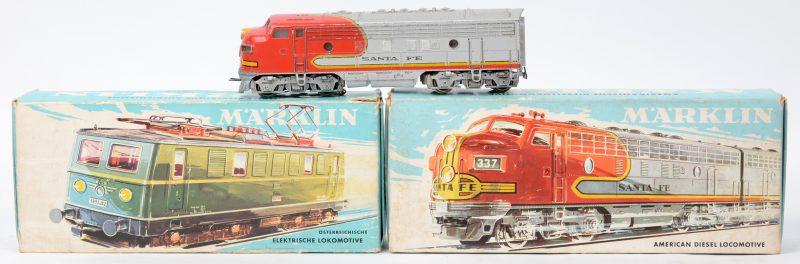 Een lot van drie locomotieven voor spoortype HO:- Oostenrijkse elektrische locomotief. Model 3036. In originele doos.- Amerikaanse diesellocomotief. Model 3060. Twee stuks, waarvan één in originele doos.