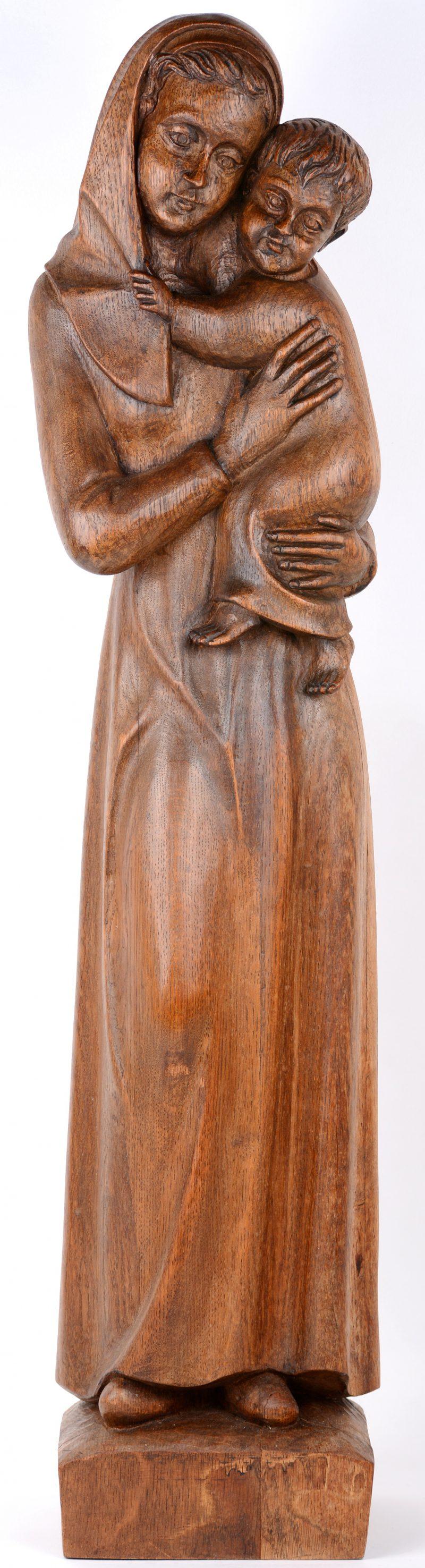 """""""Moeder en kind"""". Een houten beeldhouwwerk."""