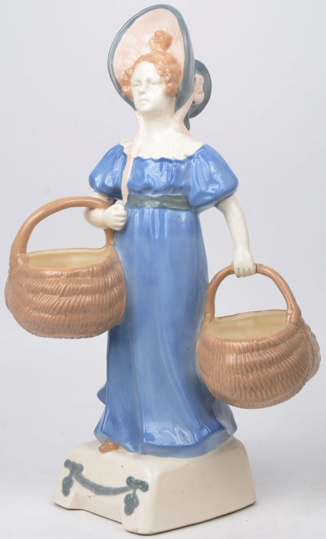 """""""Meisje met manden"""". Een beeld van meerkleurig porselein. Eèn klein beschadiging"""