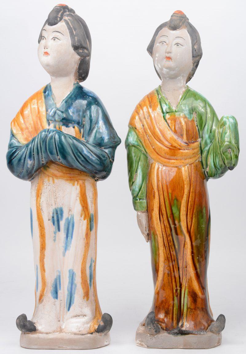 Een paar vrouwenfiguren van geglazuurd aardewerk in de stijl van de T'ang.