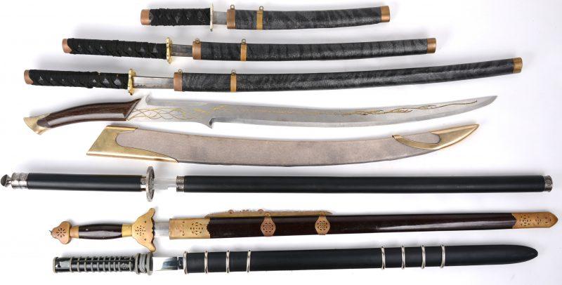 Een lot van zeven verschillende fantasiezwaarden, waarbij enkele in Japanse stijl.
