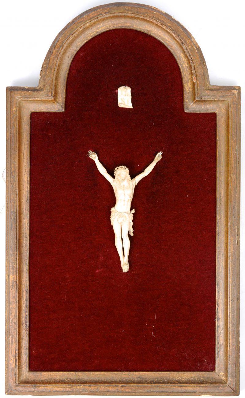 Ivoren Christus, ingelijst. XIXde eeuw