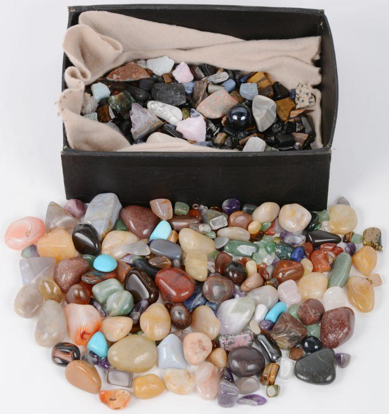 Een zeer gevarieerd lot mineralen en half edelstenen.