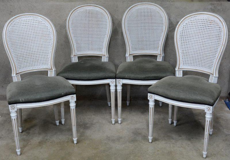 Een reeks van vier stoelen van grijsgepatineerd hout in Lodewijk XVI-stijl met gecanneerde rug en gecanneleerde poten.