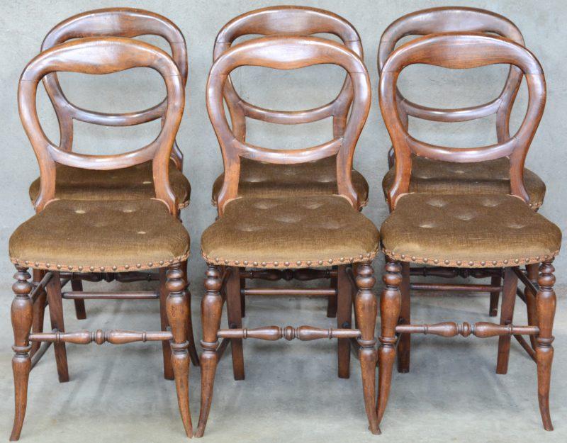 Een reeks van zes notenhouten stoelen in Louis-Philippestijl, bekleed met bruin fluweel.