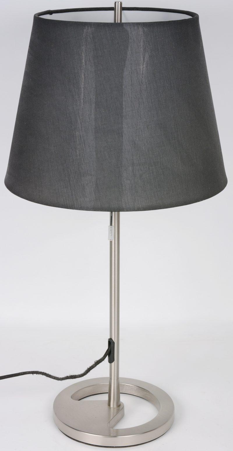 Een geborsteld stalen moderne tafellamp.