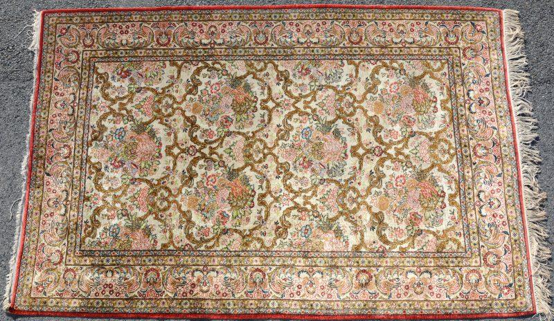 Een handgeknoopt Perzisch karpet van zijde.