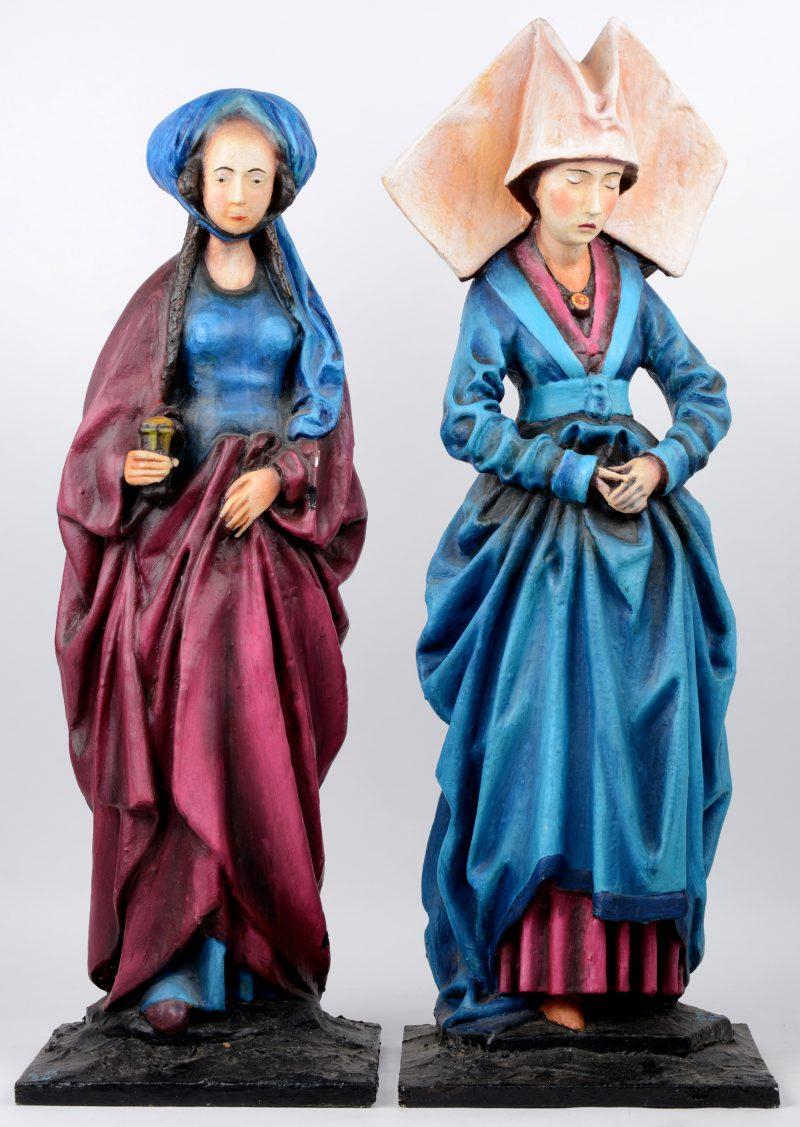 """""""Maria van Bourgondië"""" & """"Margaretha van Oostenrijk"""". Twee beelden van meerkleurig plaaster op houten sokkel."""