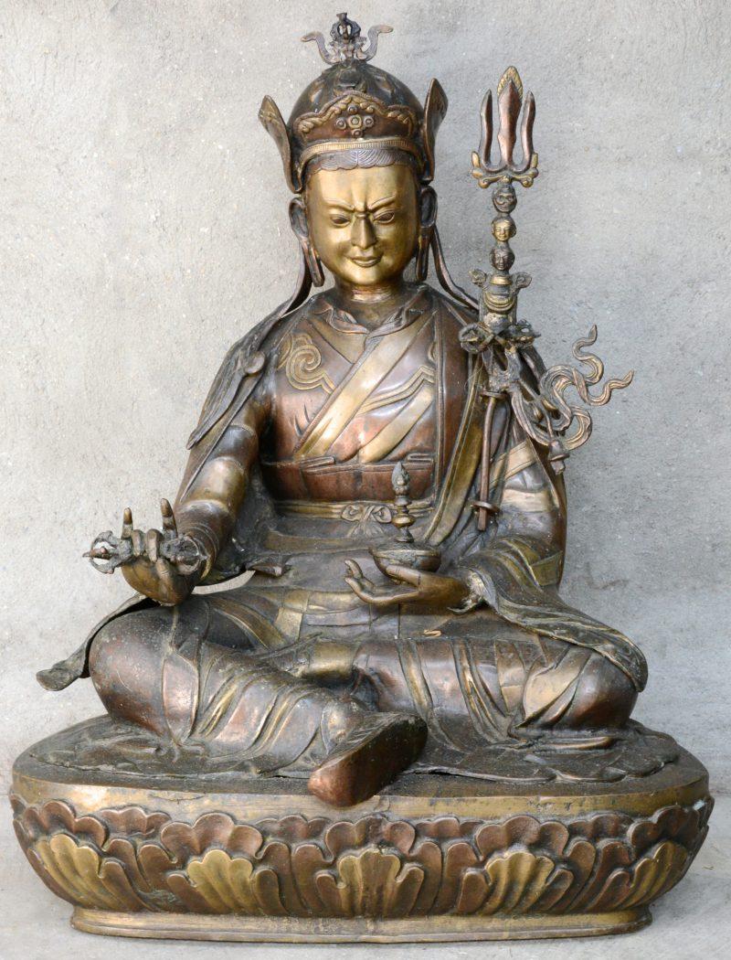 Een grote bronzen voorstelling van Boeddha.