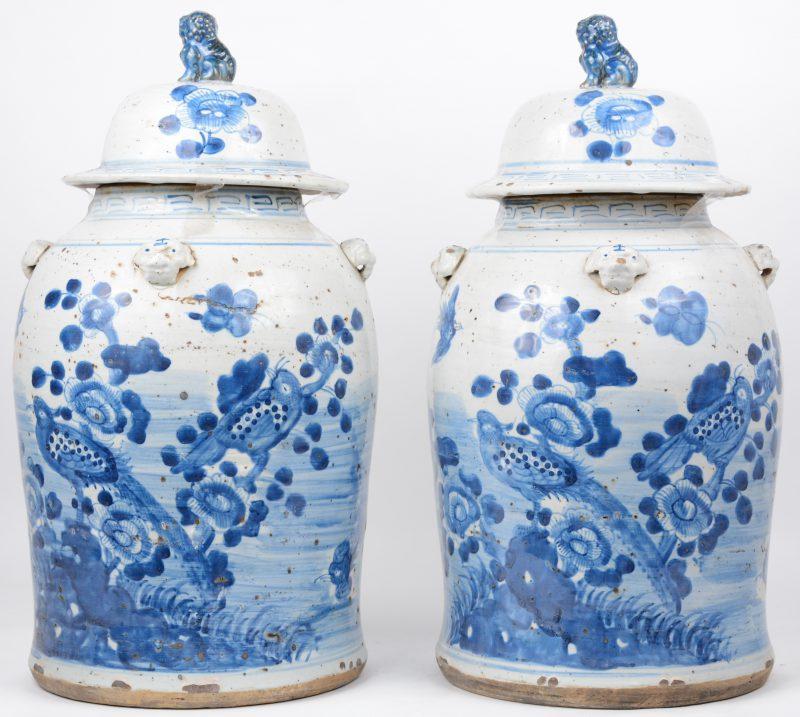Een paar dekselvazen van Chinees porselein met een blauw op wit decor van bloemen en vogels.