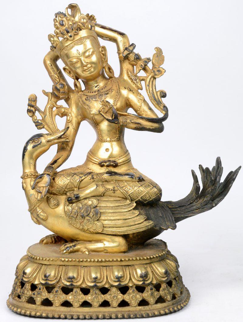 """""""Zittende Bodhisattva op eend"""". Een verguld bronzen beeld."""