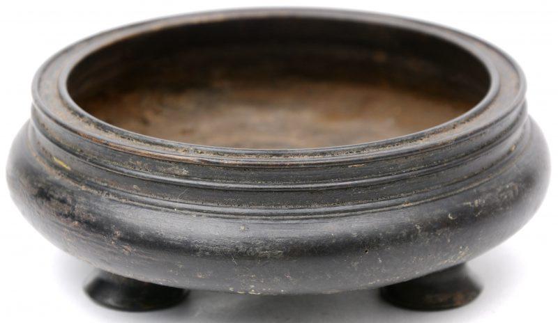 Een bronzen wierrookbrander op drie pootjes. Onderaan gemerkt.