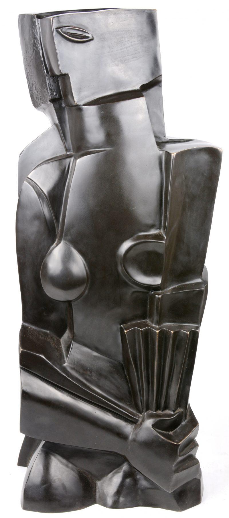 Een groot kubistische bronzen beeld.