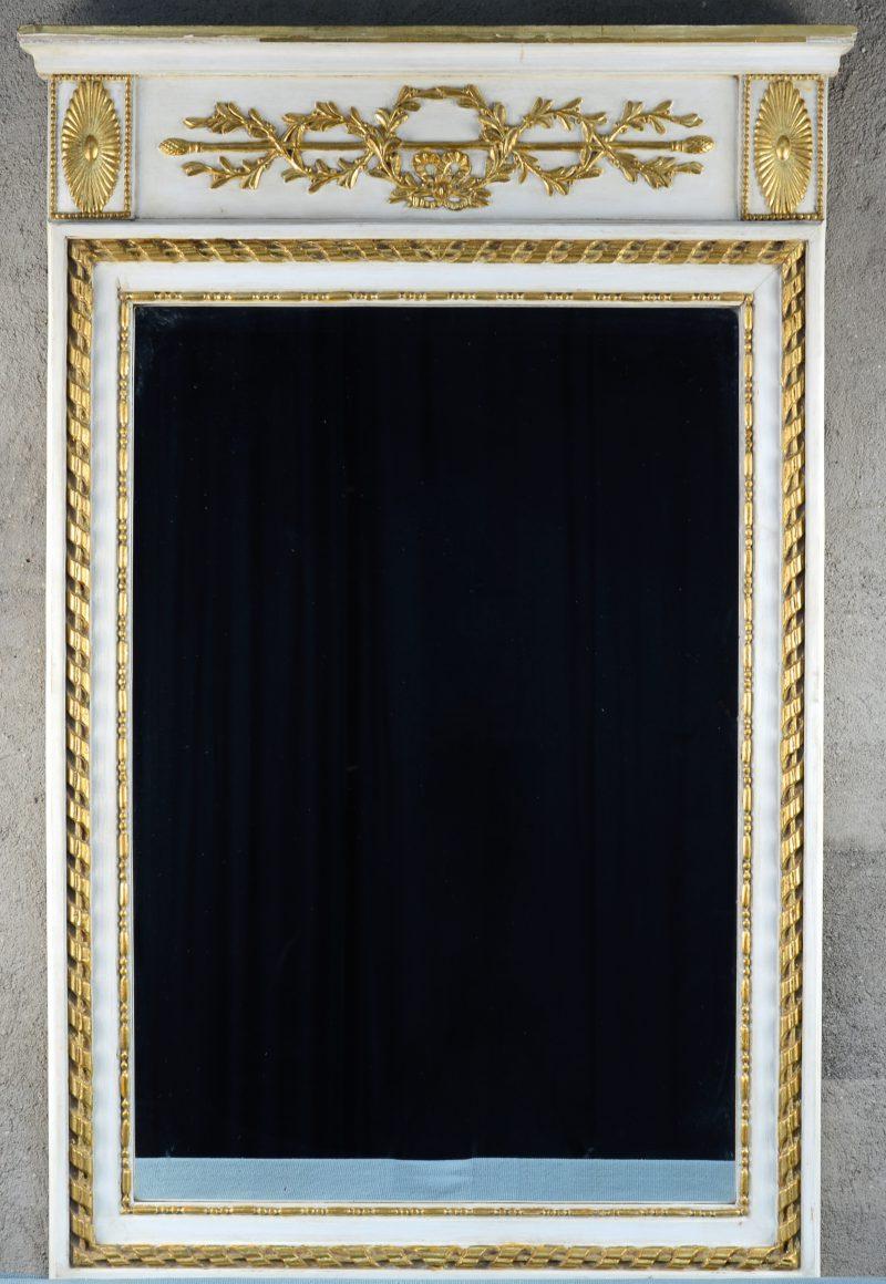 Een spiegel van wit- en goudgepatineerd hout in empirestijl.