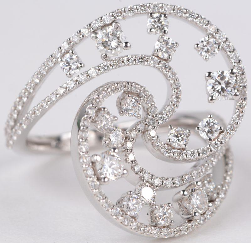 Een 18 karaats wit gouden ring bezet met diamanten met een gezamenlijk gewicht van ± 1,35 ct.