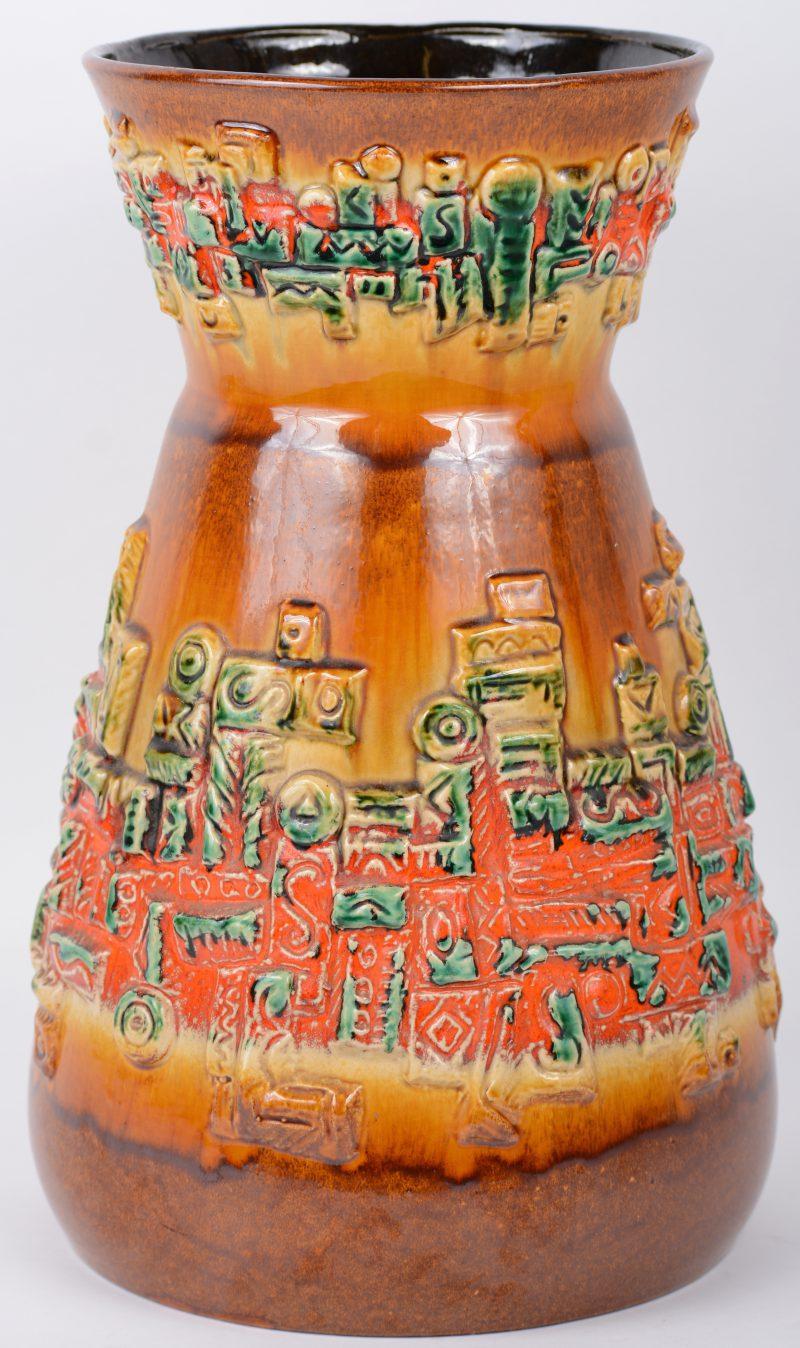Vaas van Belgisch aardewerk. Onderaan gemerkt en genummerd. Haarscheur aan de hals.