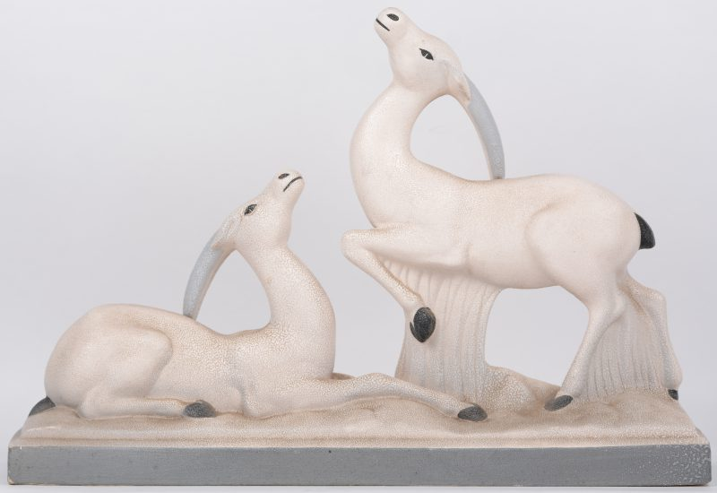"""""""Antilopen"""". Een art deco groep van aardewerk."""
