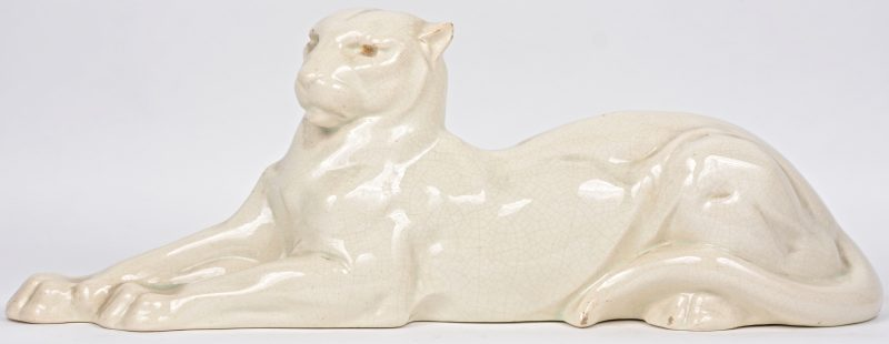 Een liggende panter van wit crackleware. Tijdperk art deco.