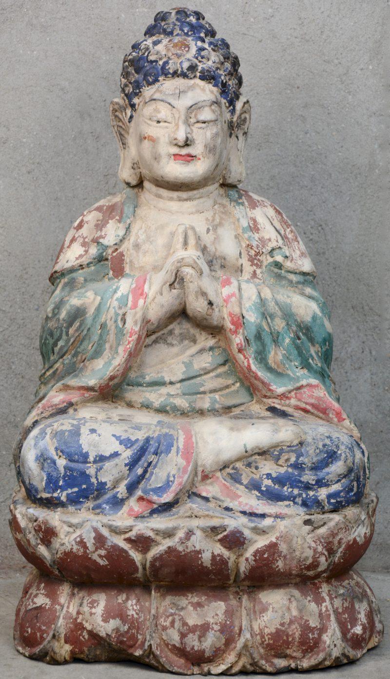 Een antieke zittende Boeddha van gepolychromeerd hout.