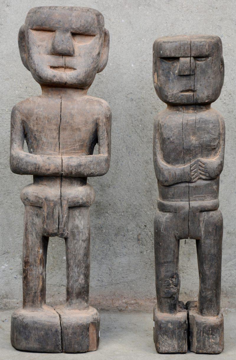 Twee mannenfiguren van gebeeldhouwd hout. Zuidoost Azië.