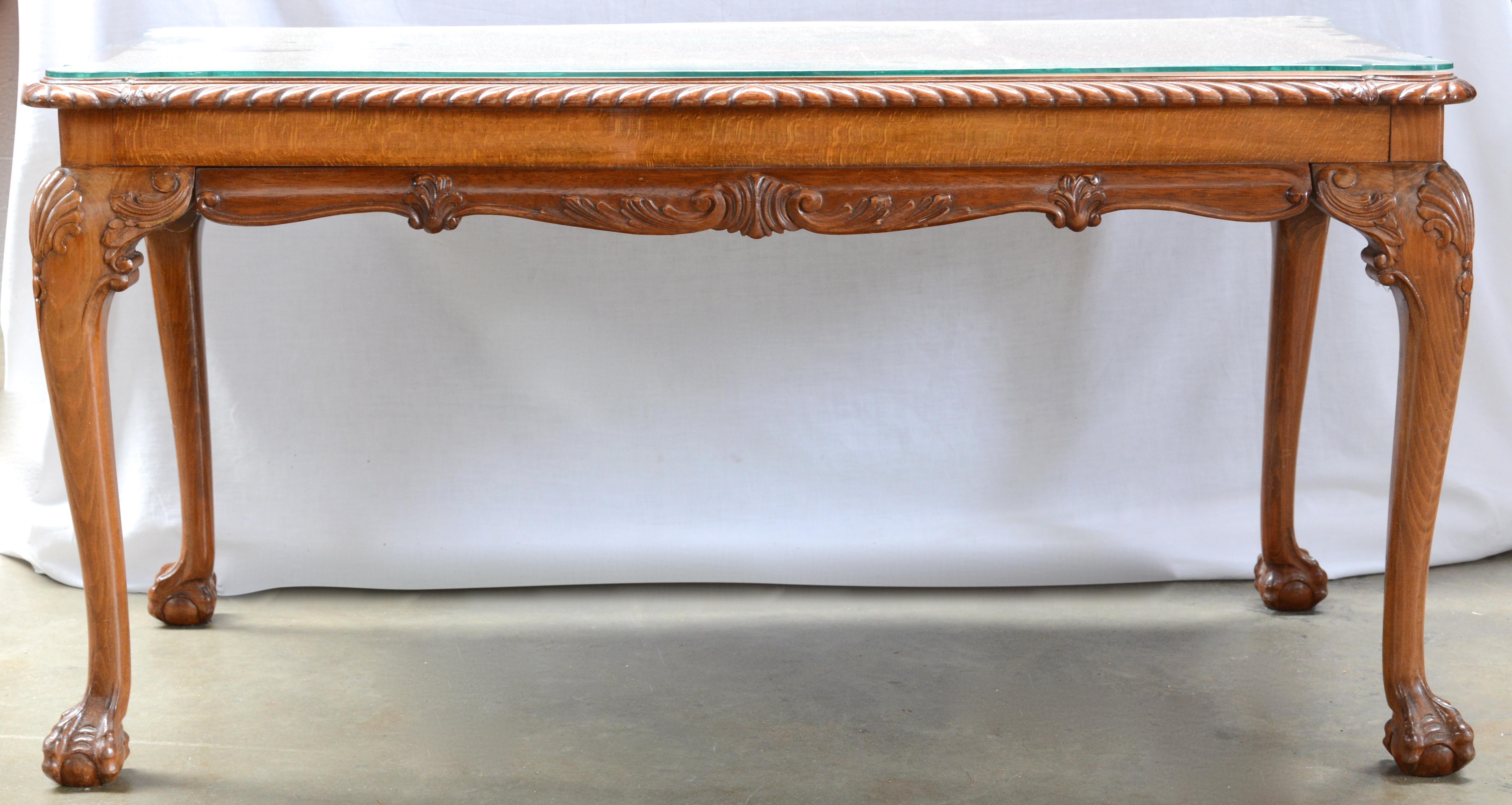 Glazen Houten Salontafel.Een Houten Salontafel In Chippendalestijl Met Een Glazen Blad