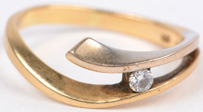 Een 18 karaats wit en geel gouden ring bezet met een solitair van ± 0,10 ct.