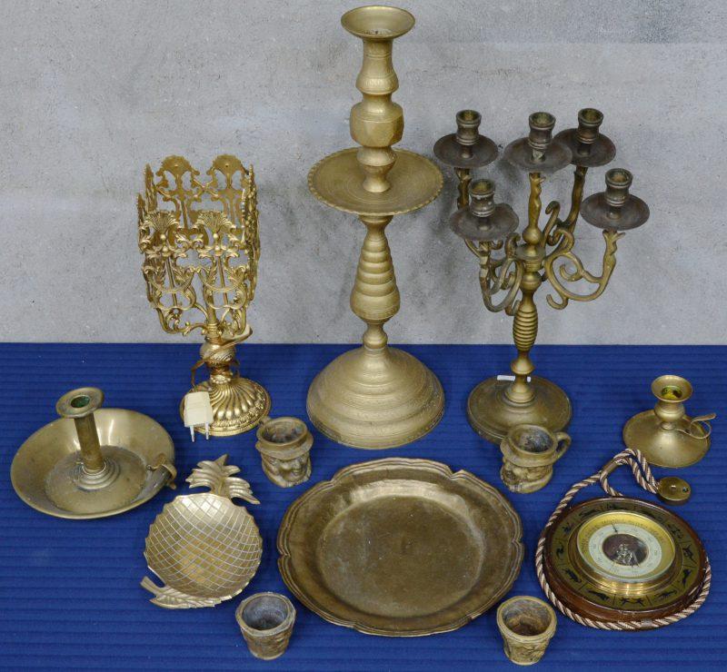 Een lot messing en brons, bestaande uit kandelaars, kopjes, enz.