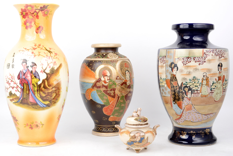 Twee Japanse Vazen Met Figuratieve Decoratie En Een Japans Wierookbrandertje We Voegen Er Een Moderne Chinese Vaas Aan Toe Jordaens N V Veilinghuis
