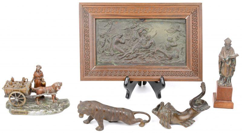 Een lot voorwerpen van zamak en brons, bestaande uit een Heiligenbeeldje, een melkvrouw met hondenkar,een barokke vis en een tijger. We voegen er een XIXe eeuws gedreven koperen bas-reliëf aan toe.