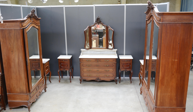 Een notenhouten slaapkamer bestaande uit een tweedeursgarderobe