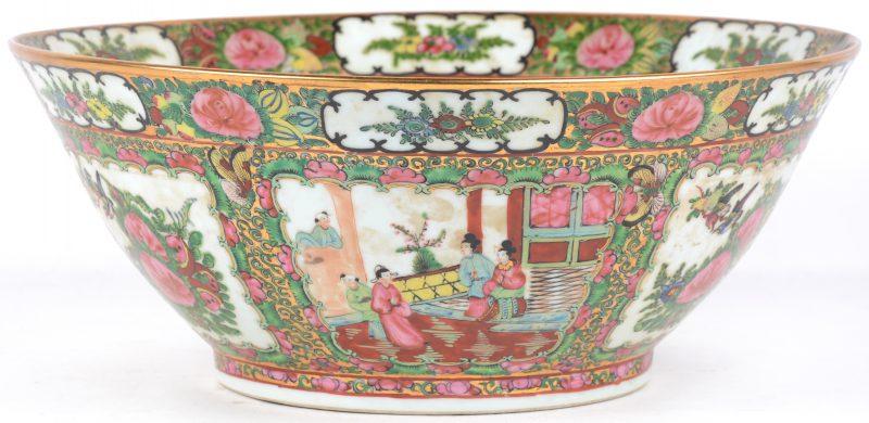 Een grote bowl van Cantonporselein met diverse decors in cartouches. Onderaan gemerkt.