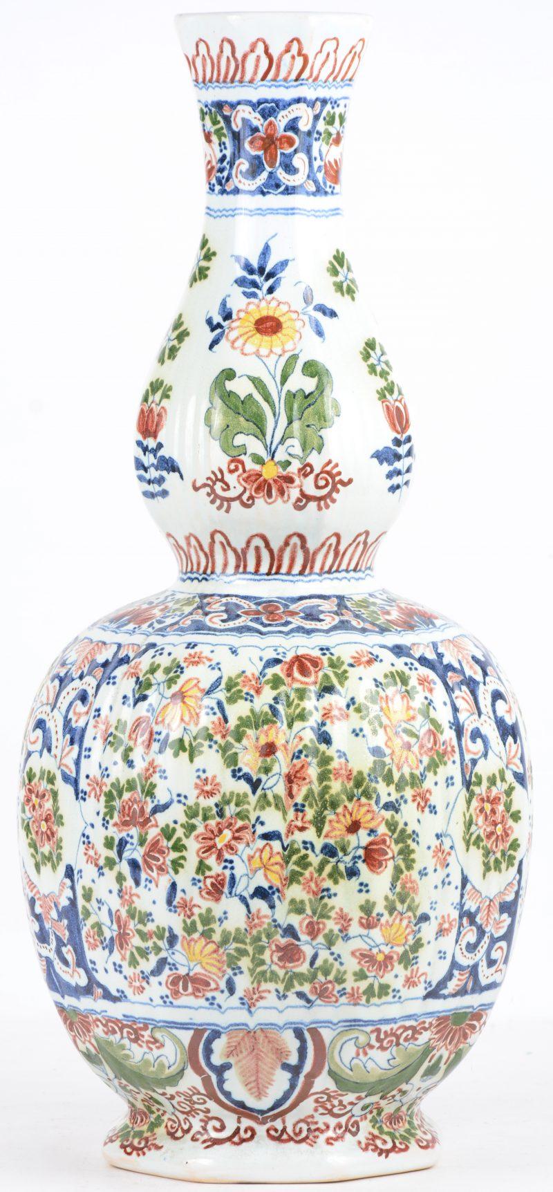 Een kalebasvaas van Delfts aardewerk met een meerkleurig bloemendecor. Onderaan gemerkt.