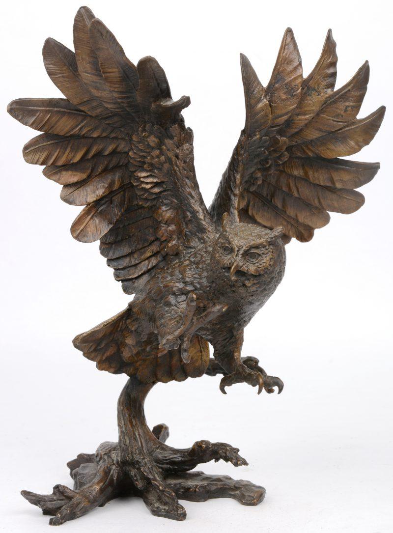 """""""Uil"""". Een beeld van gepatineerd brons."""
