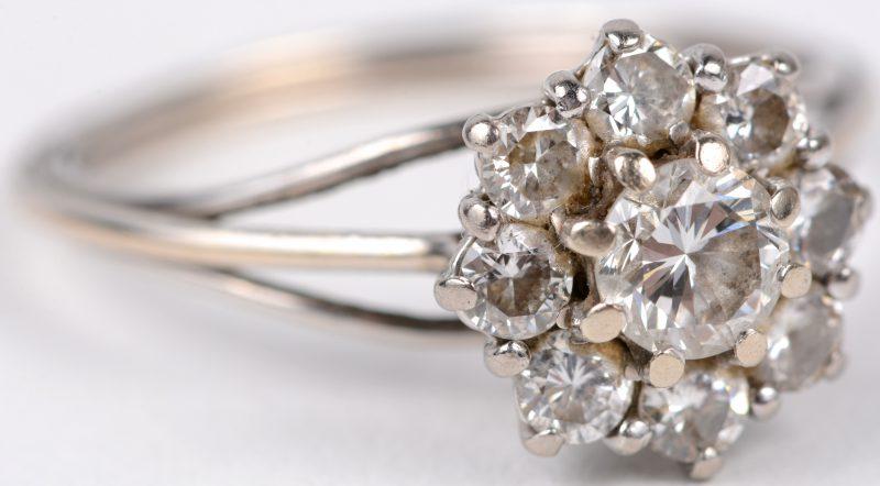 Een 18 karaats wit gouden ring bezet met briljanten met een gezamenlijk gewicht van ± 0,80 ct.