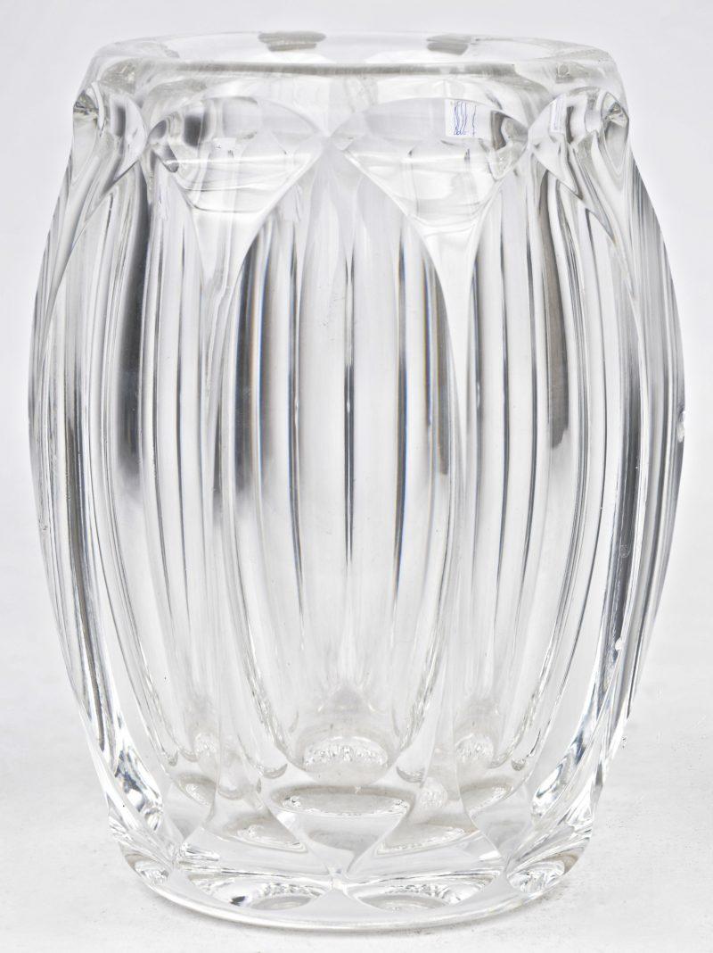 Een vaas van geslepen kleurloos kristal. Niet gemerkt. Enkele kleine schilfers aan de ribben.