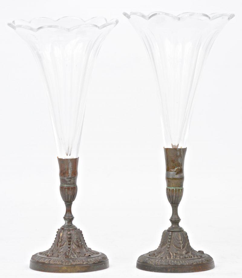 Een paar fluitvaasjes van kleurloos geslepen kristal op bronzen voet. Omstreeks 1900.