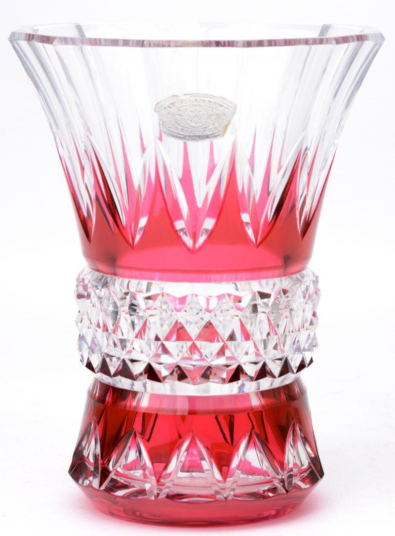Een vaas van geslepen kristal met mauve decor. Gemerkt onderaan en met sticker.