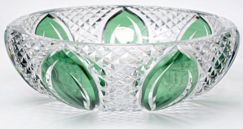 Een grote coupe van geslepen kleurloos en groen kristal. Gemerkt onderaan en met sticker.