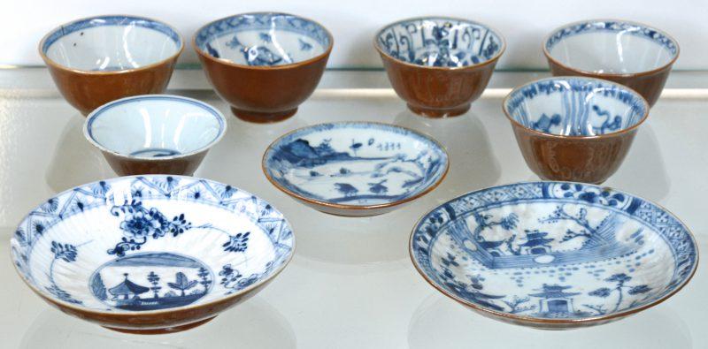 Zes verschillende kopjes en drie schoteltjes van Capucineporselein met blauw-witte decors binnenin. XVIIIe en XIXe eeuw. Eén schoteltje Europees. (Met schilfer).