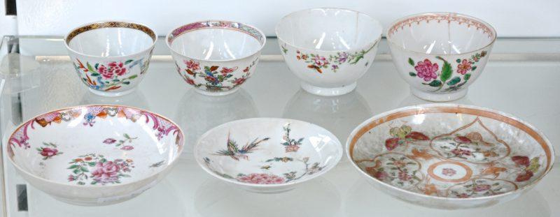 Drie schoteltjes en vier kopjes van Chinees porselein met meerkleurige bloemendecors. XVIII en XIXe eeuw. Enkele haarscheurtjes.