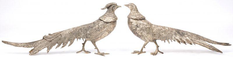 Een paar fazanten van verzilverd metaal als tafelversiering.