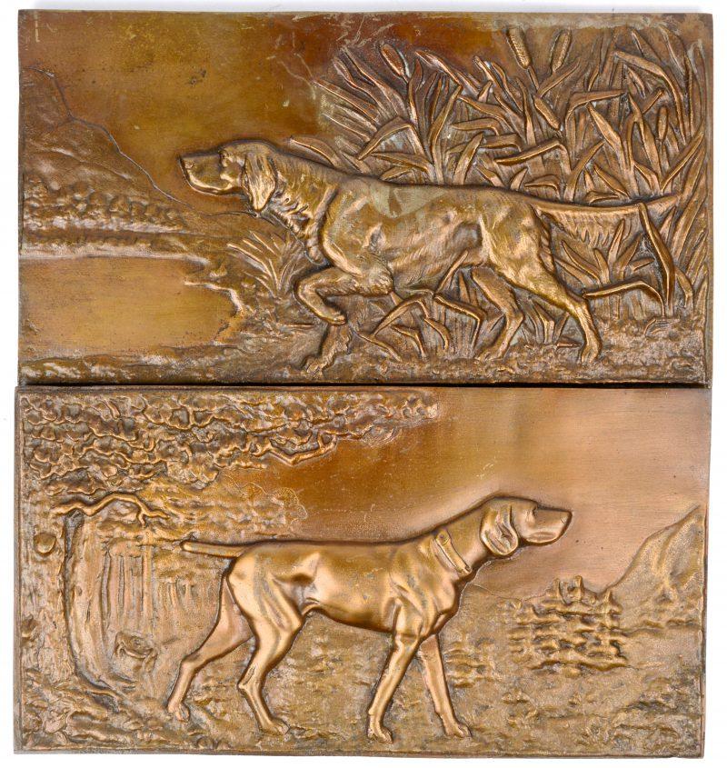 """""""Jachthonden"""". Een paar Bronzen plaquettes in hoogreliëf."""